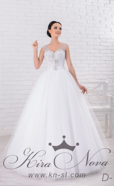 Свадебное платье «принцесса» с V-образным декольте и вышивкой из стразов по корсету.