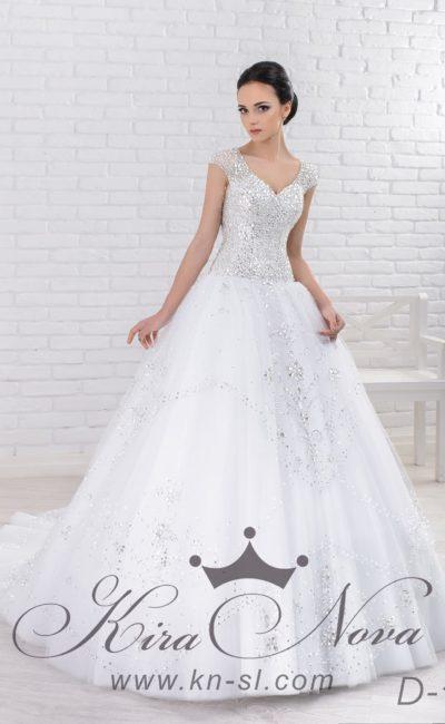 Чарующее свадебное платье пышного силуэта, декорированное крупными стразами по лифу и юбке.
