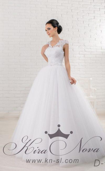 Свадебное платье с многослойной юбкой, широким поясом на талии и кружевной спинкой.