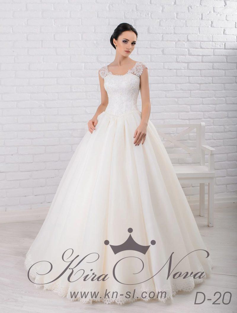 Пышное свадебное платье с юбкой цвета слоновой кости и широкими кружевными бретельками.