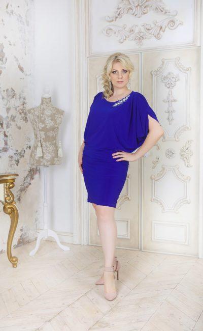 Элегантное вечернее платье длиной до колена с широкими рукавами с драпировками.