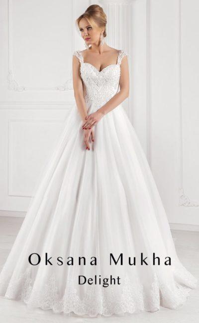 Элегантное свадебное платье с объемным декором корсета и широкими бретелями на плечах.