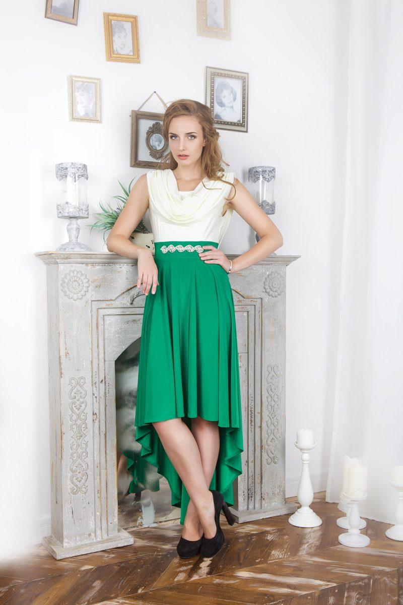 Оригинальное вечернее платье с белым верхом и укороченной спереди юбкой зеленого цвета.