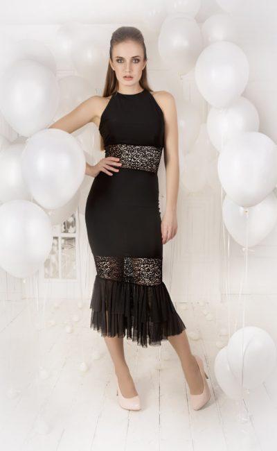Черное вечернее платье с юбкой длиной до середины икры и американской проймой.