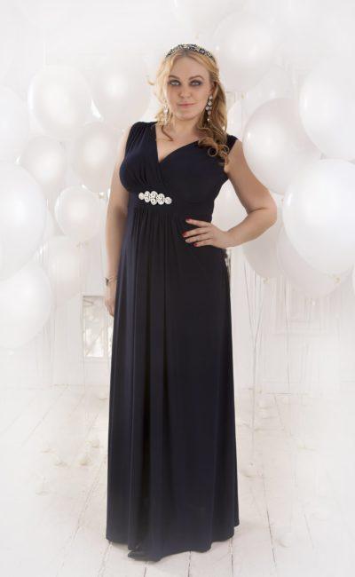 Стильное вечернее платье черного цвета с изящным декольте и вышивкой на поясе.