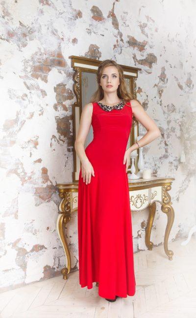 Лаконичное вечернее платье алого цвета с округлым вырезом под горло, дополненным воротником.