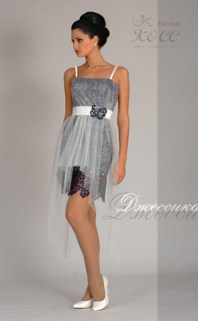 Короткое вечернее платье с полупрозрачной отделкой и открытым лифом.