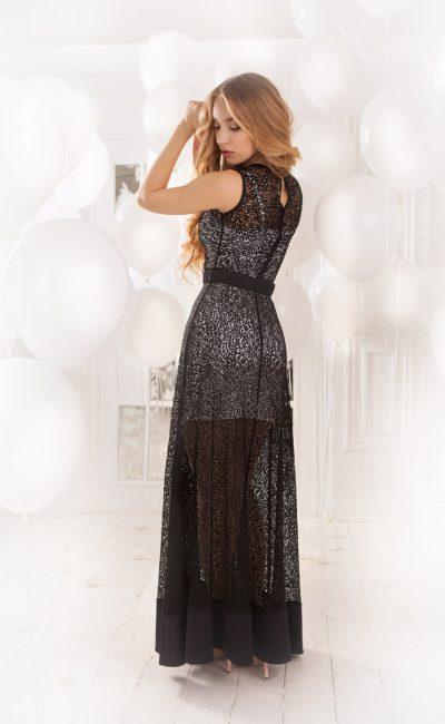 Прямое вечернее платье с белой подкладкой и отделкой черным кружевом по всей длине.