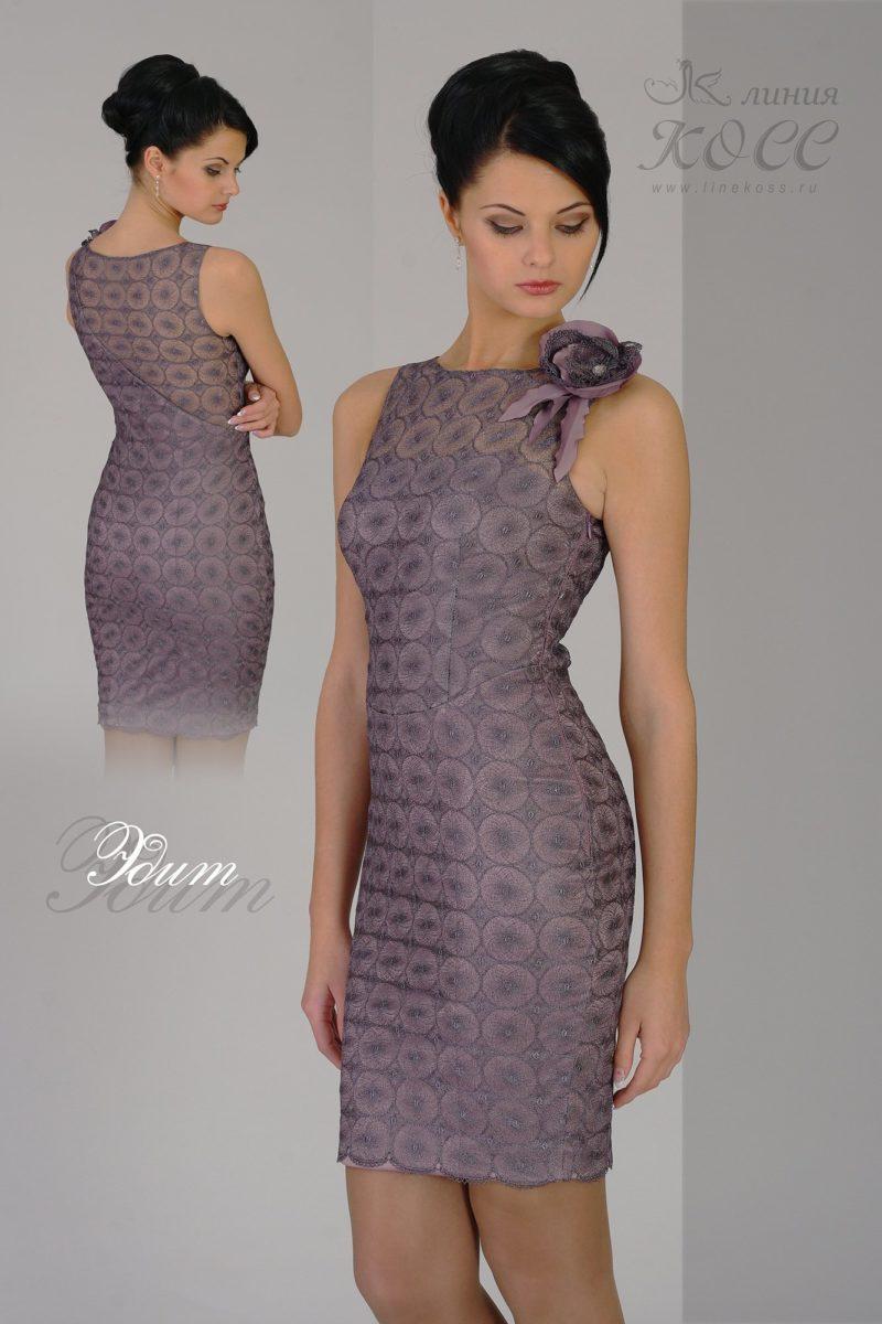 Облегающее вечернее платье лилового цвета с бутоном на плече.