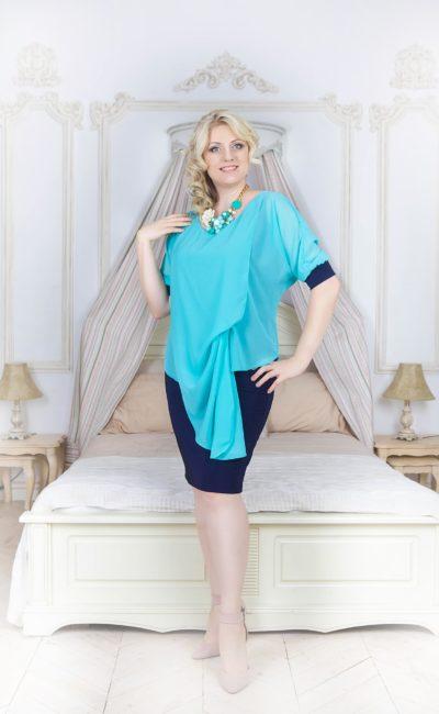 Вечернее платье длиной до колена с оригинальной отделкой драпировками и рукавом до локтя.