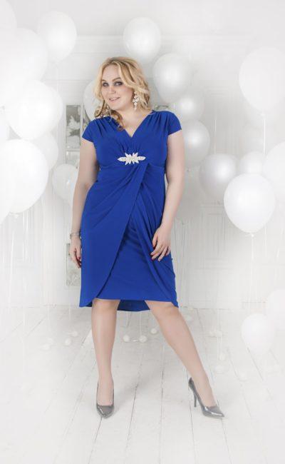 Короткое вечернее платье насыщенного синего цвета, украшенное драпировками, с V-образным лифом.