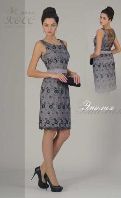 Вечернее платье-футляр с узким поясом и изящным кружевным декором.
