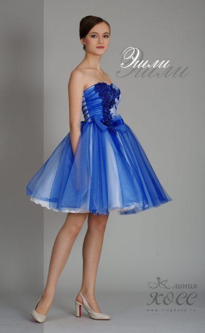 Пышное вечернее платье синего цвета с блестящей отделкой открытого верха.