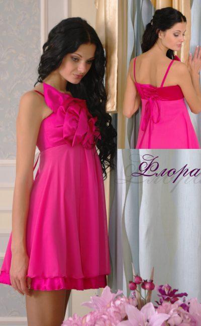 Короткое вечернее платье из легкой ткани с открытым лифом.