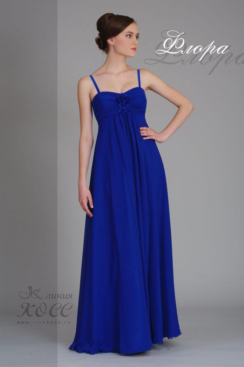 Яркое вечернее платье с завышенной талией и открытым декольте.