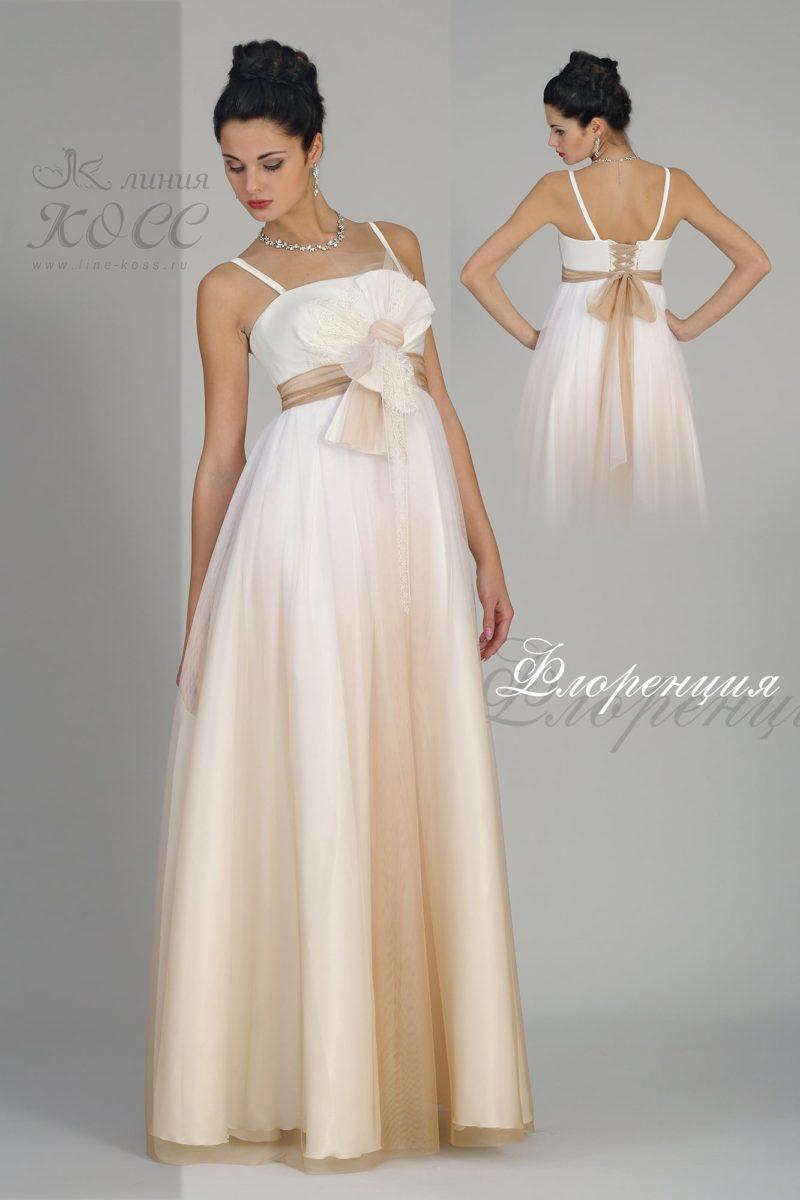 Бело-бежевое вечернее платье с завышенной линией талии.