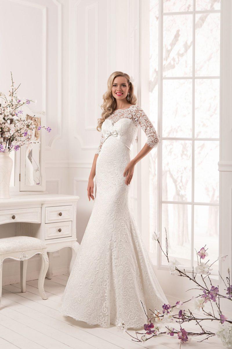 Стильное свадебное платье «рыбка» с завышенной талией, созданной атласным поясом, и длинным рукавом.