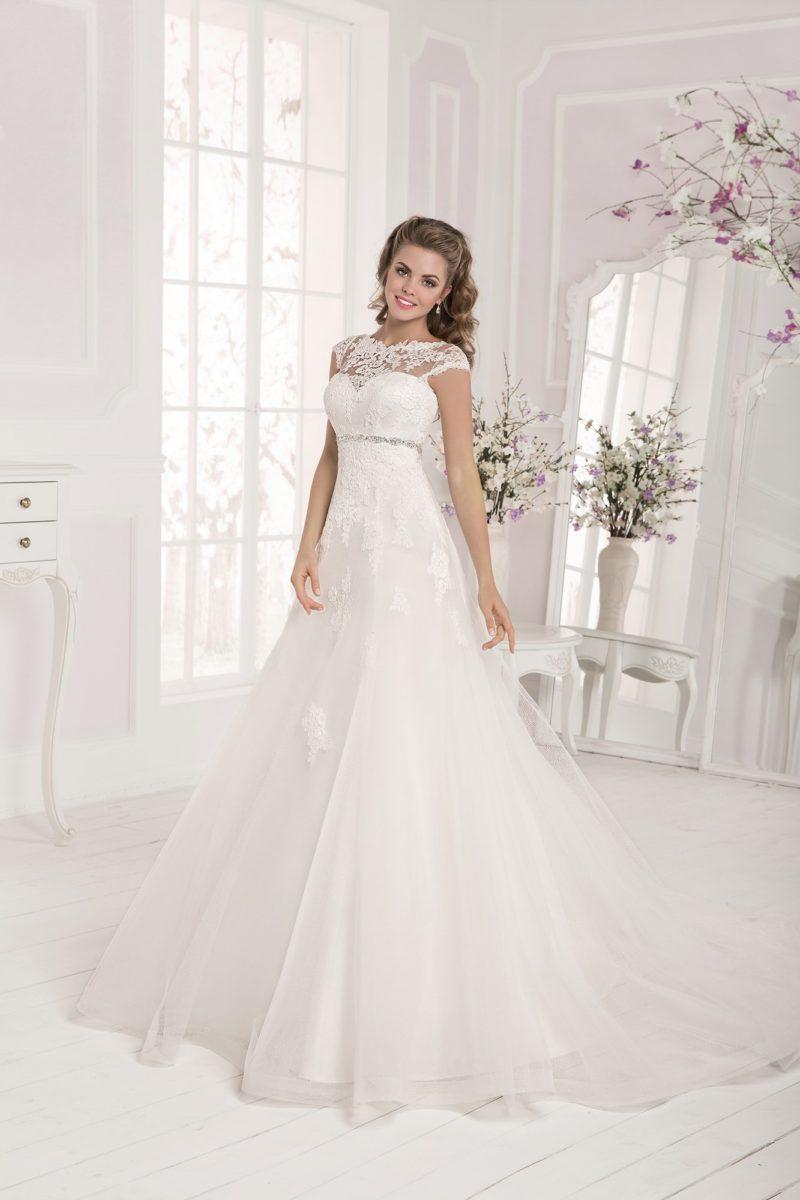 Свадебное платье с отделкой кружевными аппликациями и сверкающим поясом.