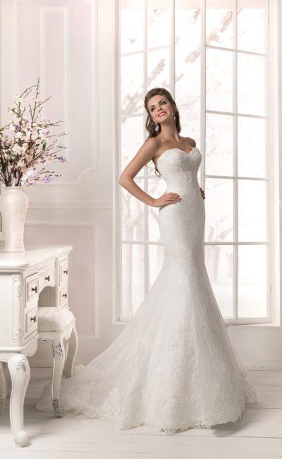 Кружевное свадебное платье «рыбка» с портретным декольте, созданным изящным болеро.