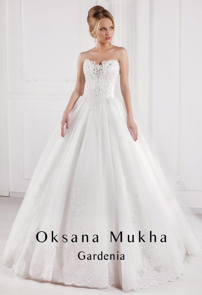 Роскошное свадебное платье с открытым корсетом, покрытым кружевной отделкой спереди.