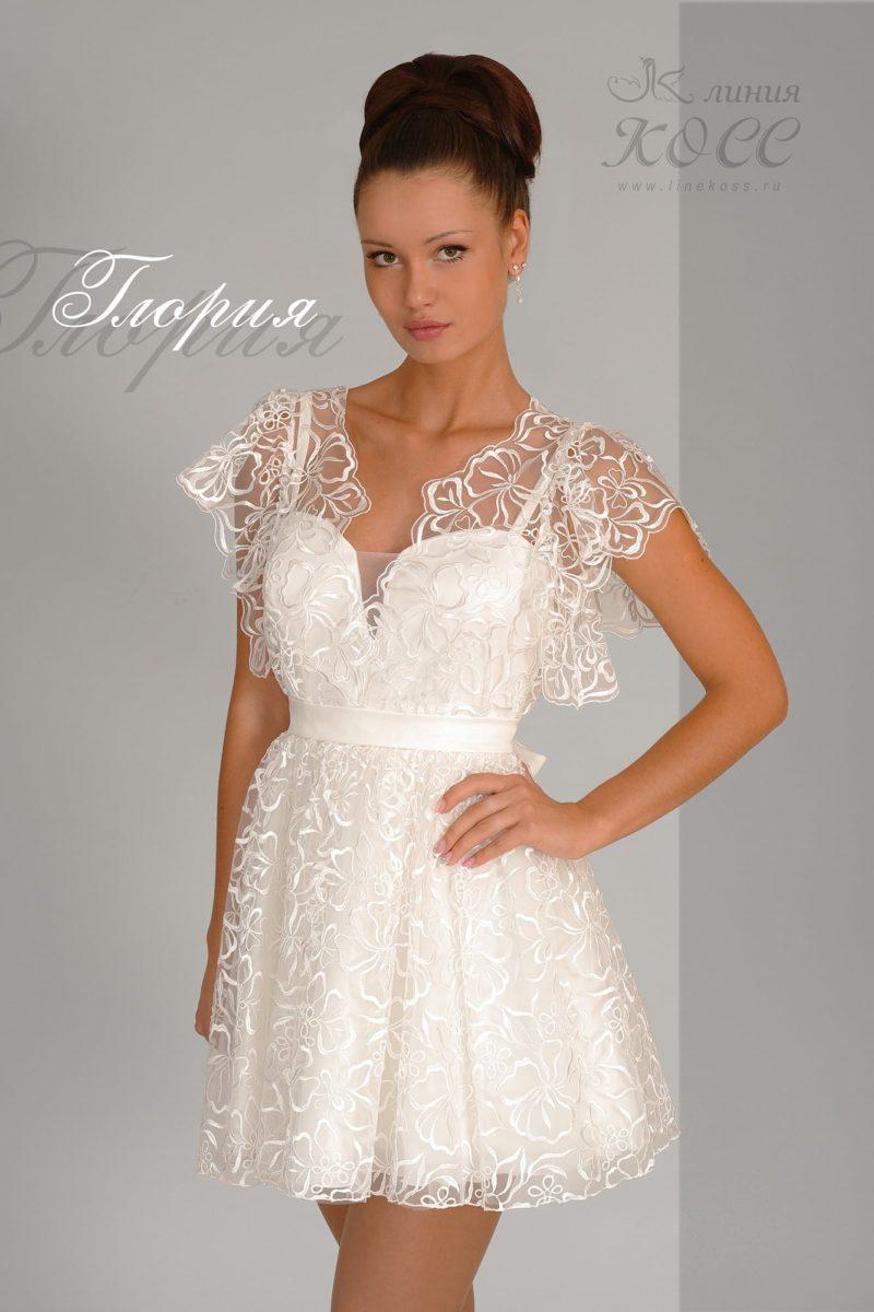 Короткое вечернее платье с пышной юбкой и тонкой кружевной отделкой.