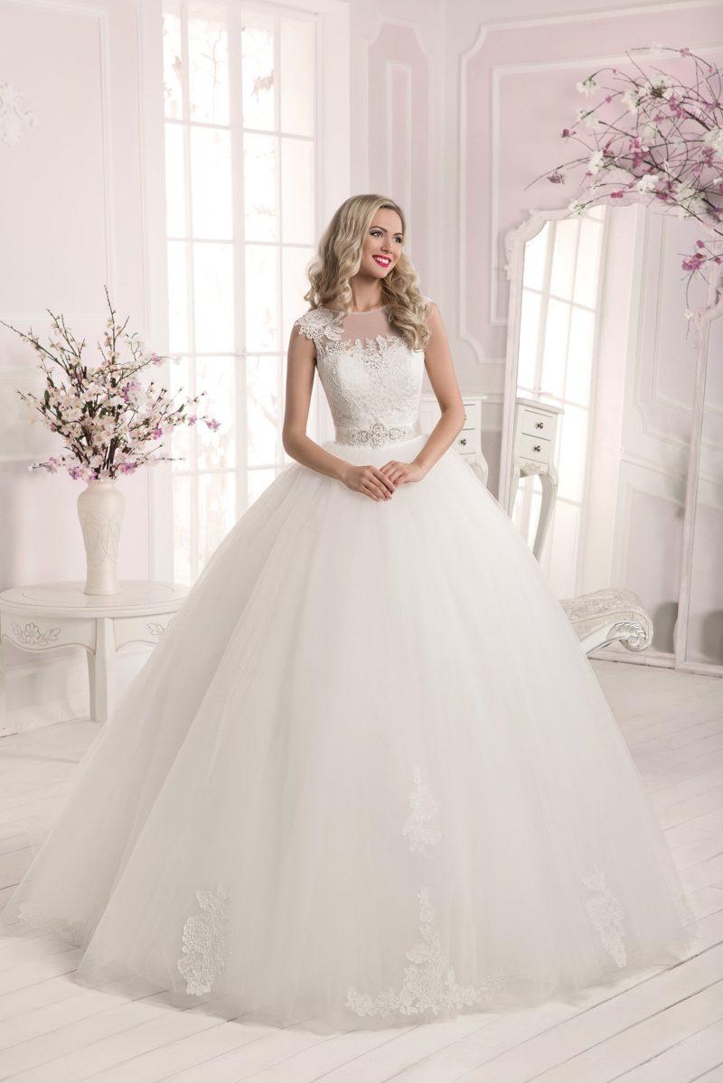 Торжественное свадебное платье с отделкой кружевными аппликациями и вырезом на спинке.