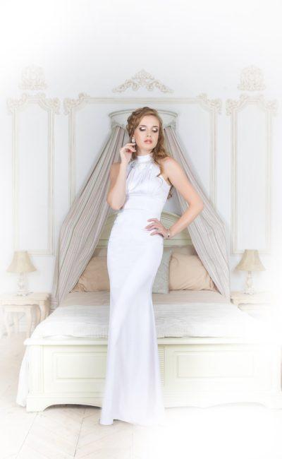 Впечатляющее вечернее платье облегающего кроя, выполненное из белого атласа.