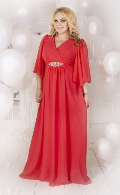 Закрытое вечернее платье кораллового оттенка с прямой юбкой и широкими рукавами.