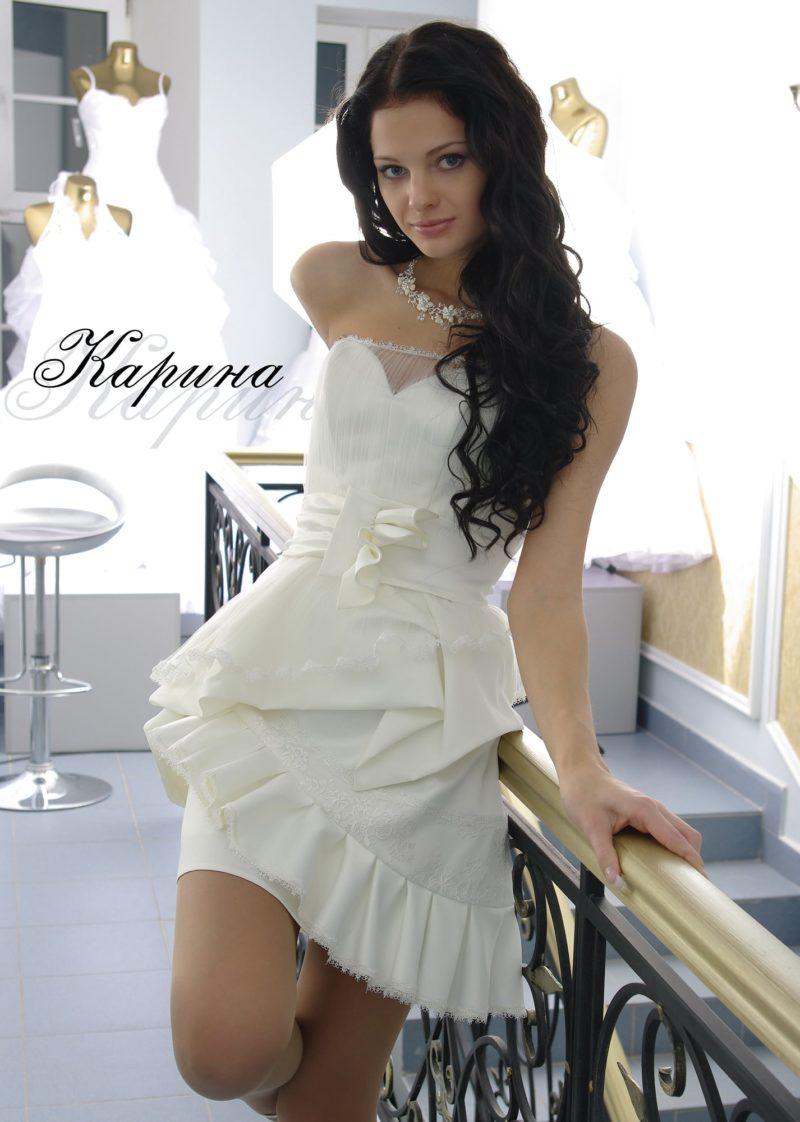 Короткое вечернее платье с широким поясом с оборками.
