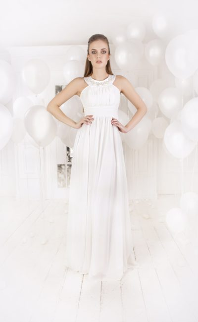 Утонченное вечернее платье белого цвета с оригинальным округлым вырезом и длинной юбкой.