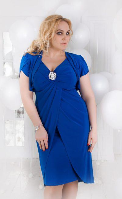 Изящное вечернее платье синего цвета с короткими рукавами и V-образным вырезом.