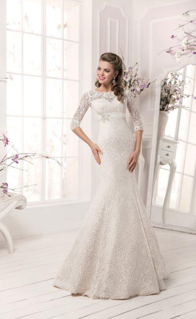 Кружевное свадебное платье «русалка» с округлым вырезом, длинным рукавом и атласным поясом.