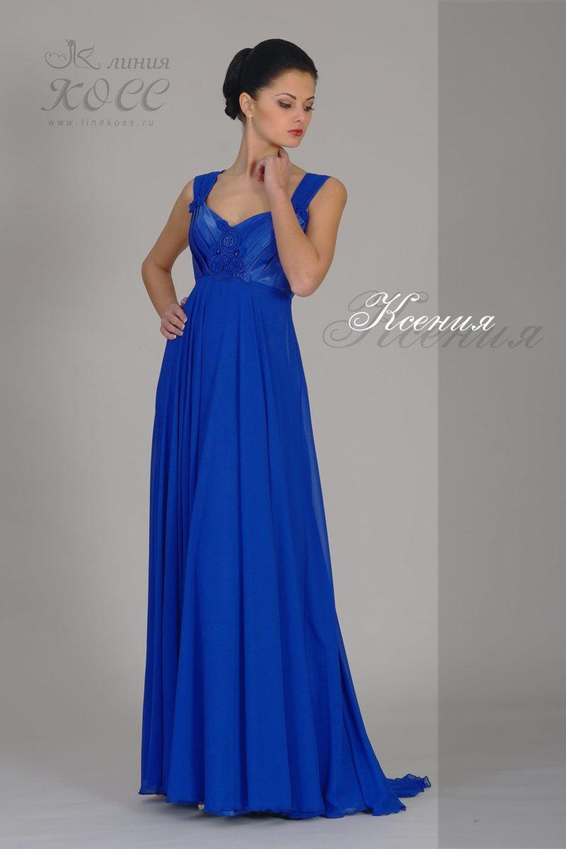 Прямое вечернее платье с завышенной талией и широкими бретелями.