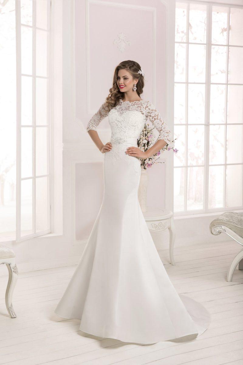 Женственное свадебное платье с закрытым кружевным верхом и торжественным шлейфом юбки «рыбка».
