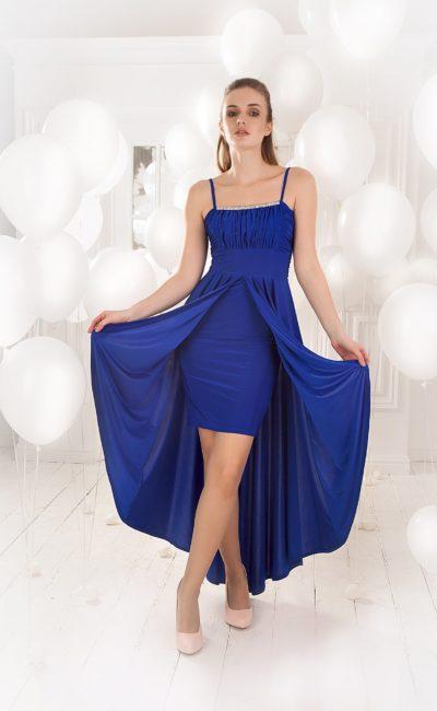 Синее вечернее платье с двойной юбкой и открытым лифом с узкими бретельками.
