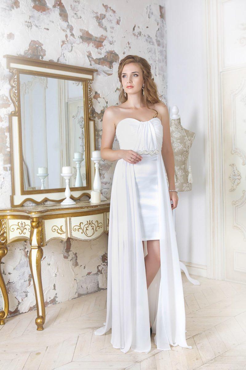 Прямое вечернее платье белого цвета с легкой верхней юбкой и элегантным лифом.