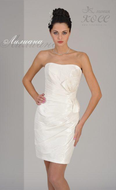 Открытое вечернее платье-футляр с отделкой из драпировок.