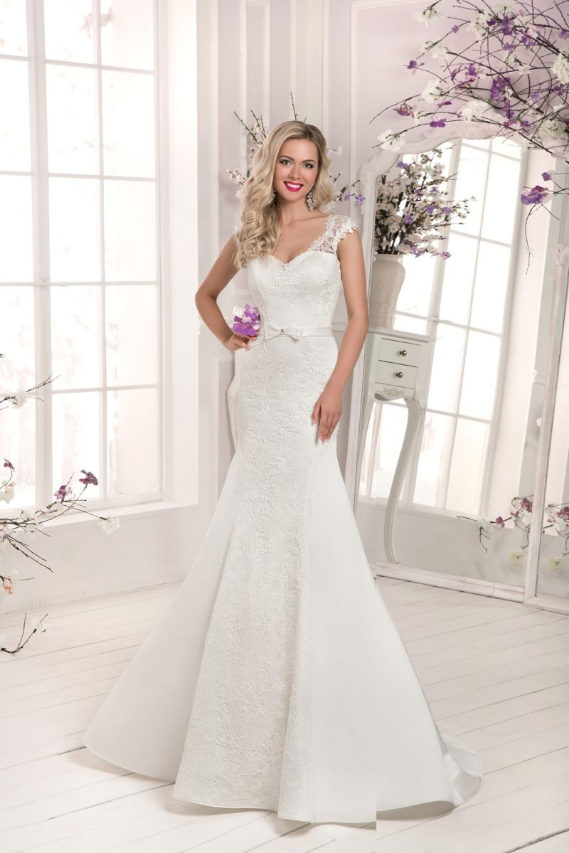 Свадебное платье «русалка» с лифом в форме сердечка, дополненным кружевными бретелями.