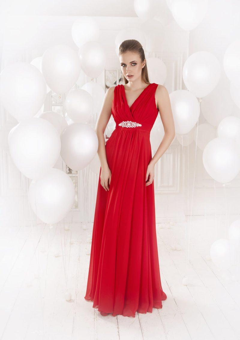 Длинное вечернее платье алого цвета с V-образным вырезом и бисером на талии.