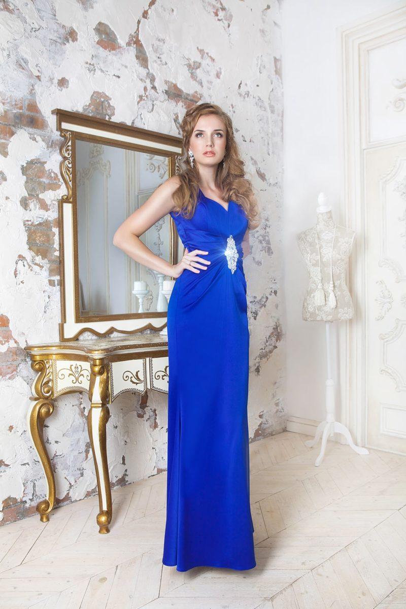Прямое вечернее платье яркого синего цвета с драпировками по бокам и отделкой стразами.