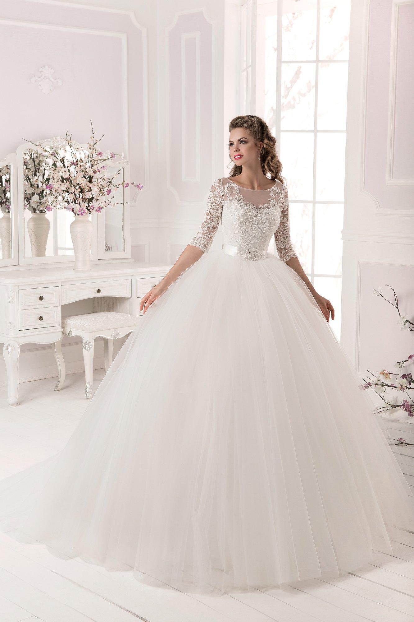 ffcec866153b4d9 Великолепное свадебное платье пышного кроя с кружевным верхом и сияющим  поясом из атласа.