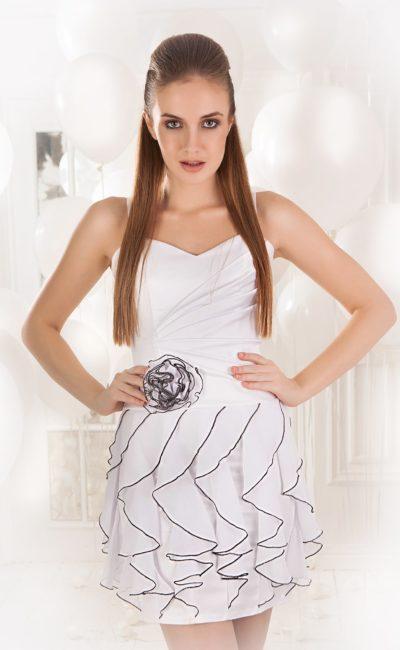 Короткое вечернее платье с контрастным декором и открытым верхом с узкими бретельками.