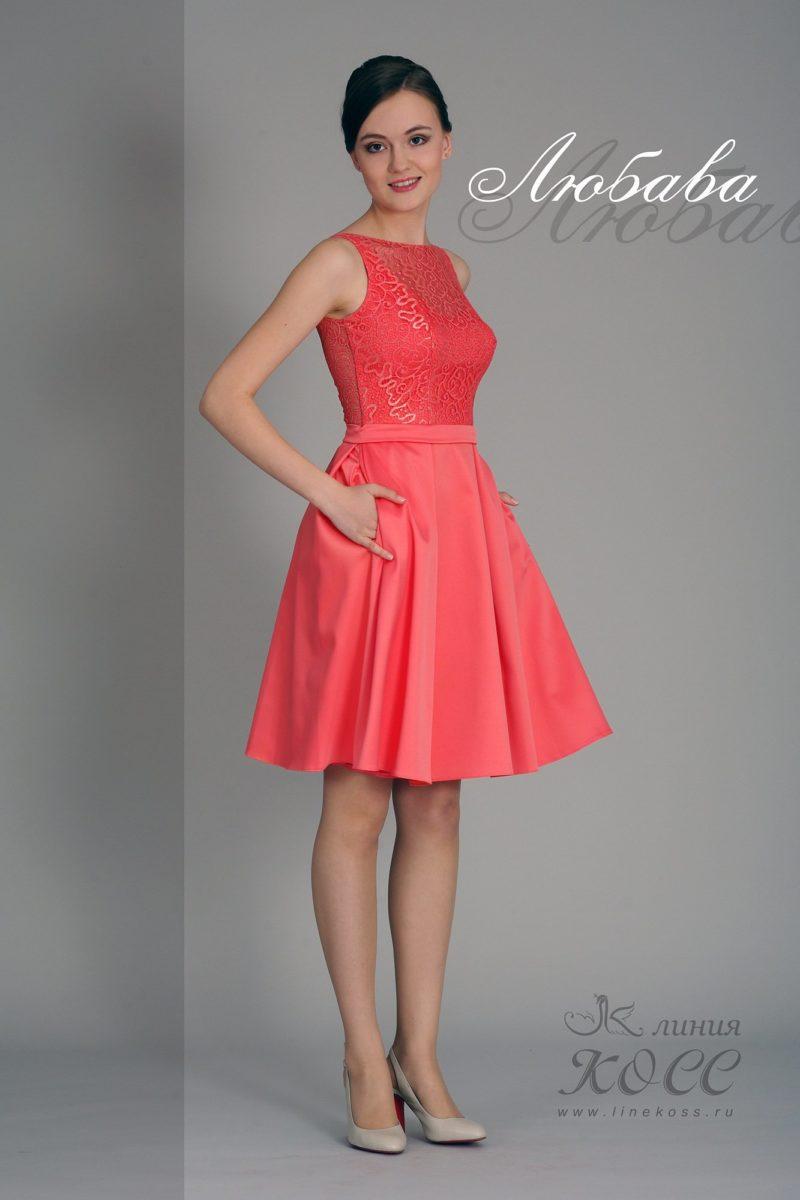Короткое вечернее платье кораллового цвета с узким поясом.