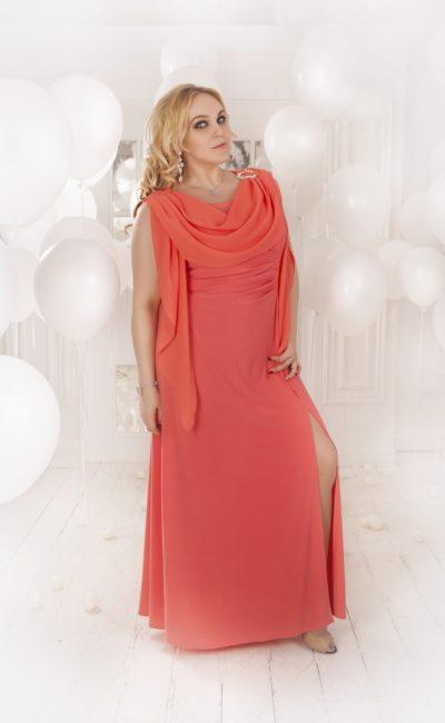 Прямое вечернее платье приглушенного кораллового оттенка с изящным верхом с драпировками.
