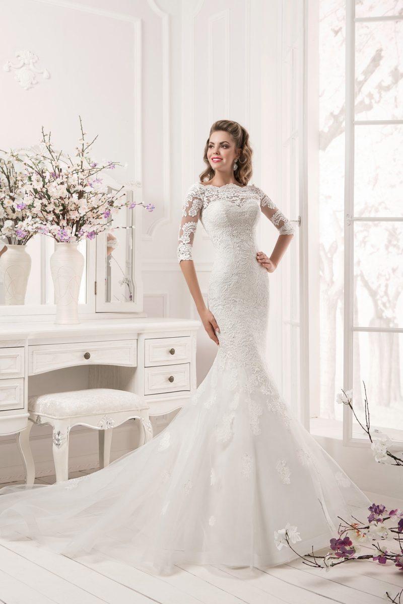 Утонченное свадебное платье силуэта «русалка» с кружевным декором, рукавами и длинным шлейфом.