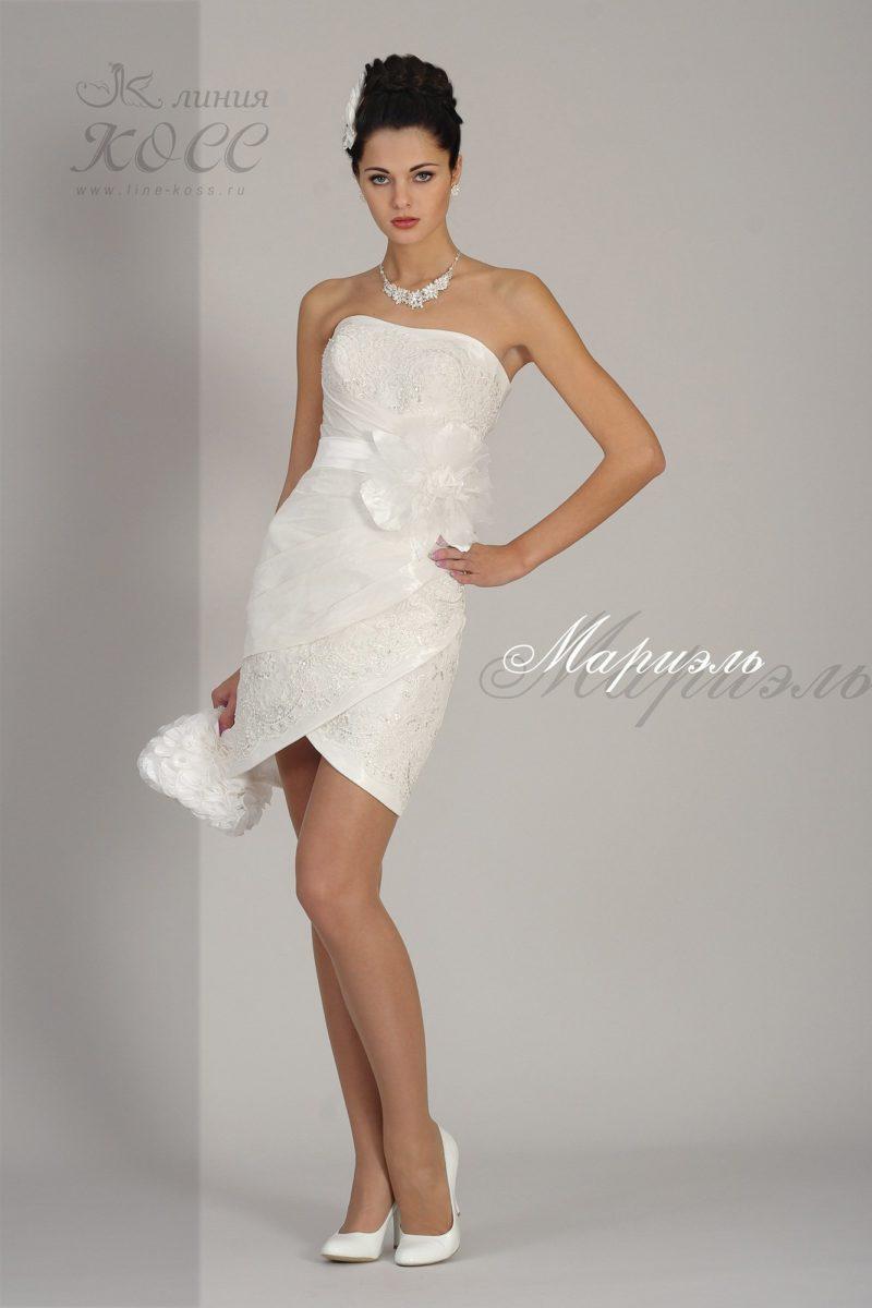 Короткое вечернее платье белого цвета с пышным бутоном на талии.