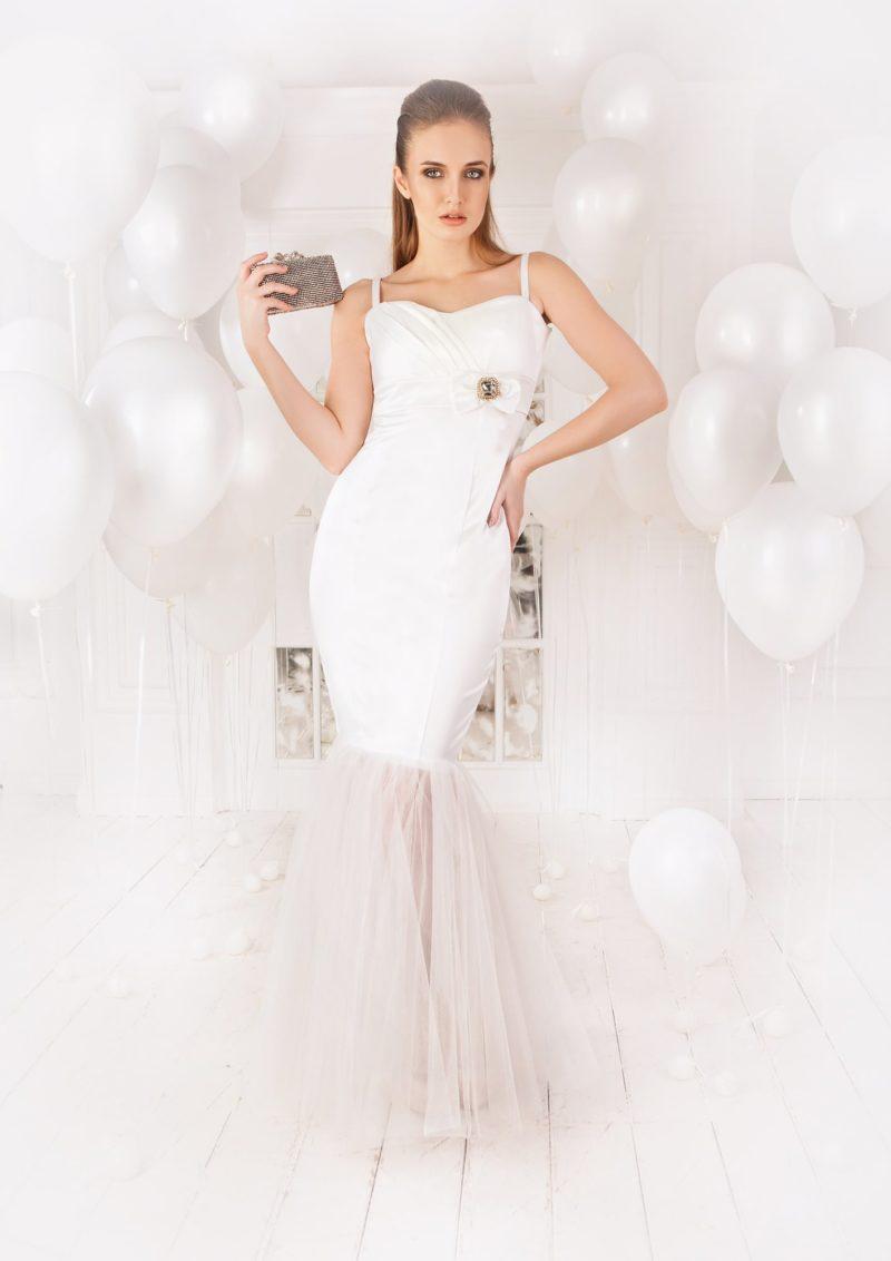Элегантное вечернее платье белого цвета, с юбкой «русалка» и открытым лифом с бретелями.