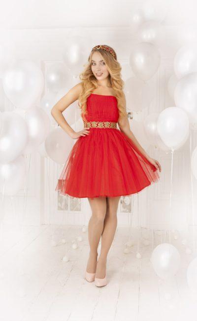 Короткое вечернее платье алого цвета с пышной многослойной юбкой и открытым лифом.