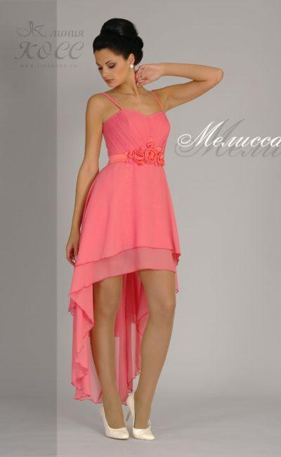 Коралловое вечернее платье с оригинальным поясом и укороченным подолом.