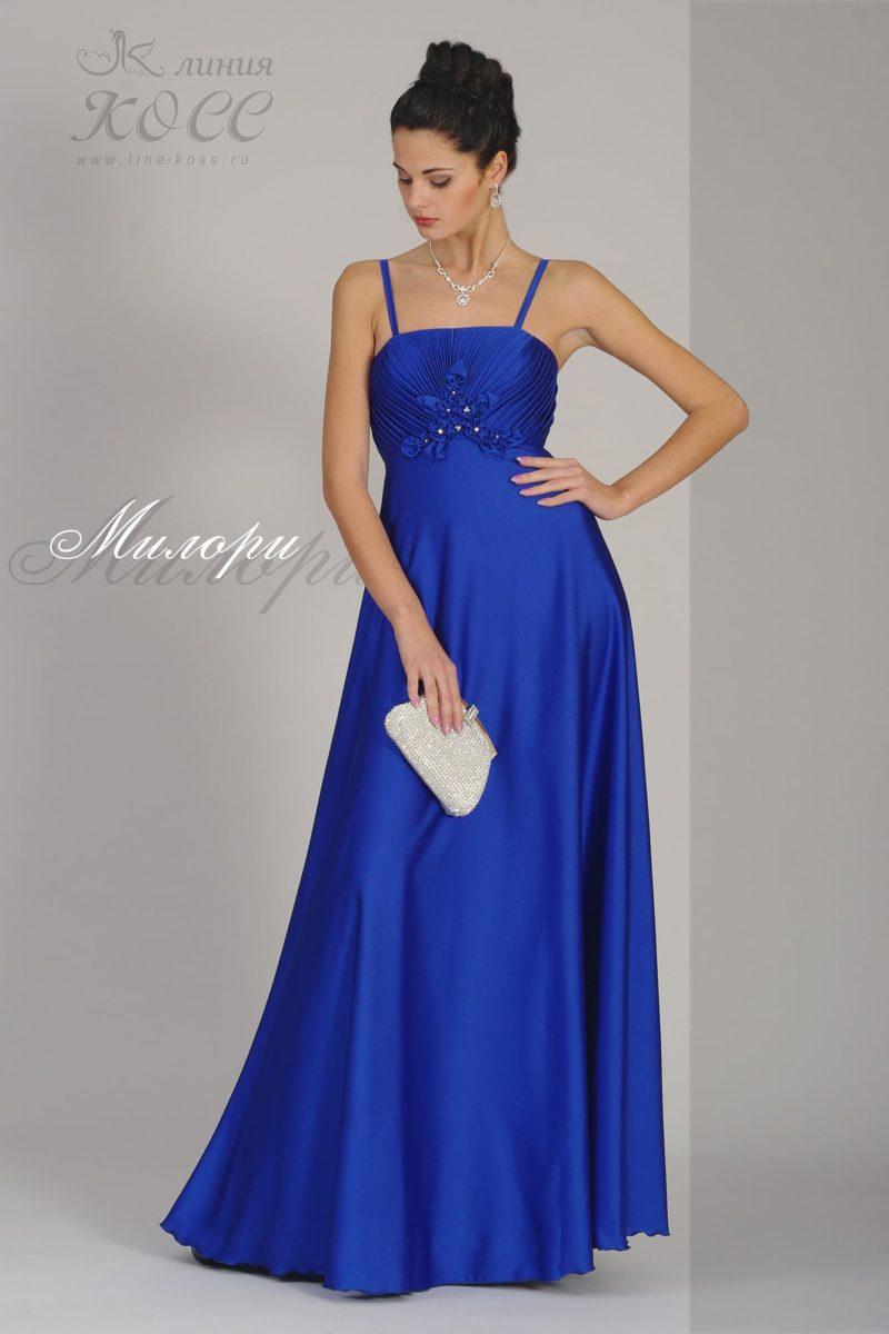 Атласное вечернее платье синего цвета с элегантным открытым лифом.